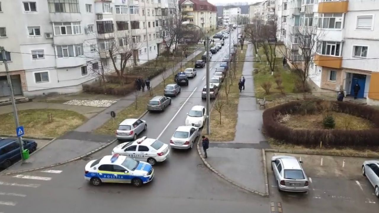 """Dialogul dintre agresorul din Onești și Poliție a fost filmat. Agresor: """"să vadă și în România cum se omoară"""""""