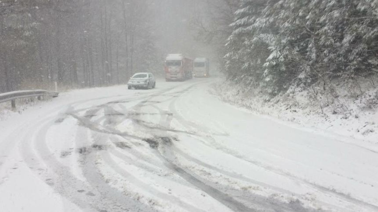 Viscol și drumuri înzăpezite în țară. Lista cu județele unde se circulă în condiții de iarnă